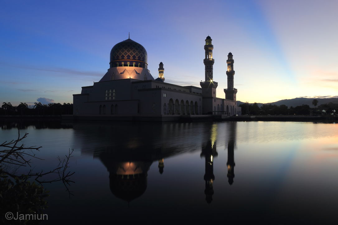 Before heading to Ranau, two of my friends ask me to stop at Masjid Bandaraya Kota Kinabalu for shooting this mosque.