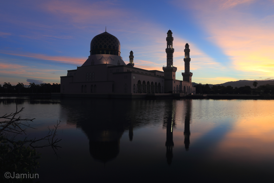 There it is.. Masjid Bandaraya Kota Kinabalu with Rays Of Light on that early morning